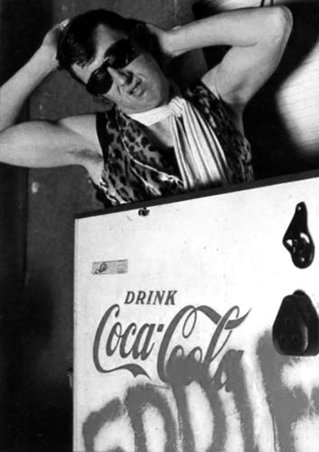 Eddie sortatn du congélateur Coca