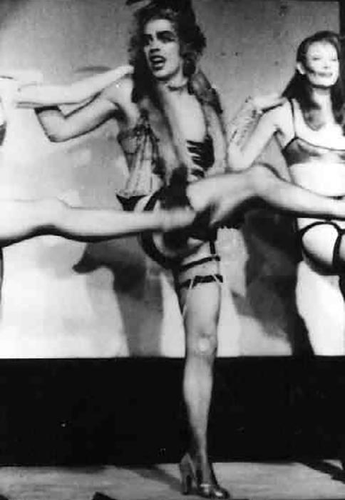 Frank dansant avec la troupe